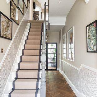 Imagen de recibidores y pasillos actuales con paredes blancas, suelo de bambú y suelo marrón