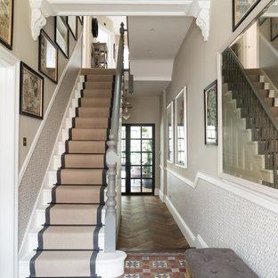 Idéer för en stor klassisk hall, med beige väggar, klinkergolv i porslin och flerfärgat golv