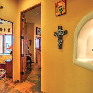 Свежая идея для дизайна: большой коридор в стиле фьюжн с желтыми стенами, полом из сланца и разноцветным полом - отличное фото интерьера