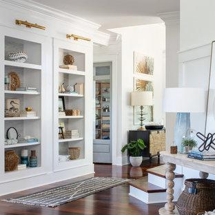 Ispirazione per un grande ingresso o corridoio stile marinaro con pareti bianche, pavimento in legno massello medio e pavimento rosso