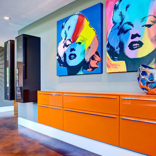 На фото: коридор в современном стиле с синими стенами и оранжевым полом с