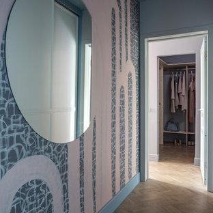Идея дизайна: маленький коридор в современном стиле с синими стенами, светлым паркетным полом и коричневым полом