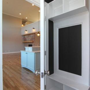 Kleiner Moderner Flur mit grauer Wandfarbe und Keramikboden in Raleigh