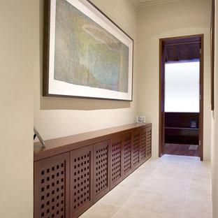 Idéer för att renovera en stor funkis hall, med beige väggar och travertin golv