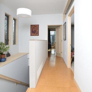 Inspiration för moderna hallar, med vita väggar och korkgolv
