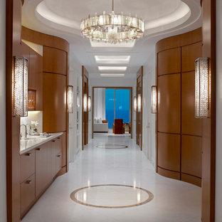 Idee per un ampio ingresso o corridoio contemporaneo con pareti bianche, pavimento in marmo e pavimento bianco