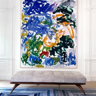 Inspiration för en vintage hall, med vita väggar och ljust trägolv