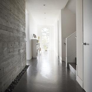 Foto på en funkis hall, med betonggolv och grått golv