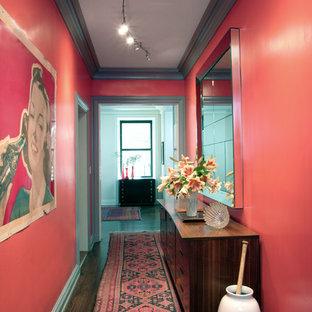Idées déco pour un couloir éclectique avec un mur rose.