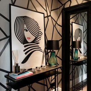 Imagen de recibidores y pasillos bohemios con paredes multicolor y suelo de madera en tonos medios