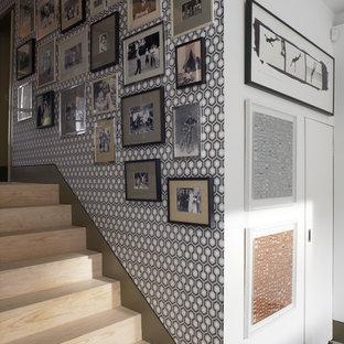 Ejemplo de recibidores y pasillos bohemios, de tamaño medio, con paredes azules y suelo de madera clara