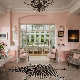 На фото: коридор среднего размера в стиле фьюжн с розовыми стенами, светлым паркетным полом и бежевым полом с