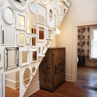 Diseño de recibidores y pasillos románticos, de tamaño medio, con paredes blancas y suelo de madera en tonos medios