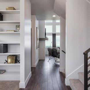 Idée de décoration pour un couloir tradition de taille moyenne avec un mur blanc, sol en stratifié et un sol marron.
