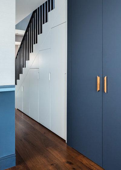 Contemporary Corridor by EMR Architecture