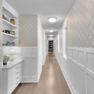 Idéer för en mycket stor klassisk hall, med beige väggar, mellanmörkt trägolv och brunt golv