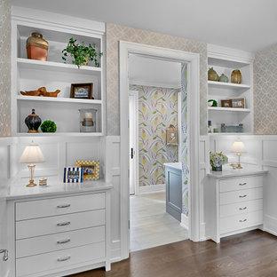 Mittelgroßer Klassischer Flur mit beiger Wandfarbe, braunem Holzboden, braunem Boden und Tapetenwänden in Grand Rapids