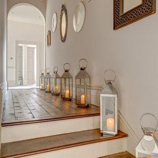 Foto de recibidores y pasillos románticos con suelo de madera en tonos medios