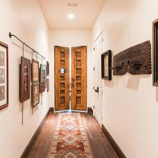 Cette photo montre un couloir sud-ouest américain avec un mur blanc et un sol en bois foncé.