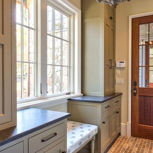Idée de décoration pour un couloir champêtre de taille moyenne avec un mur beige et un sol en brique.
