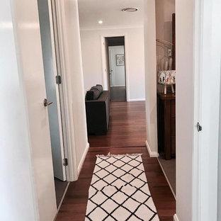 Свежая идея для дизайна: коридор среднего размера в современном стиле с белыми стенами и полом из бамбука - отличное фото интерьера