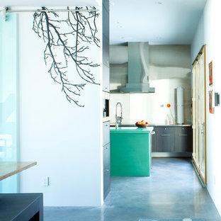 他の地域のコンテンポラリースタイルのおしゃれな廊下 (白い壁、青い床) の写真