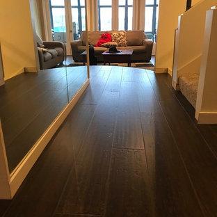 Свежая идея для дизайна: коридор среднего размера в классическом стиле с полом из бамбука, коричневым полом и бежевыми стенами - отличное фото интерьера