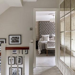 Klassisk inredning av en stor hall, med grå väggar, heltäckningsmatta och grått golv
