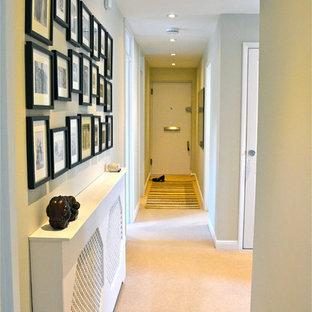 Diseño de recibidores y pasillos actuales con paredes beige y moqueta