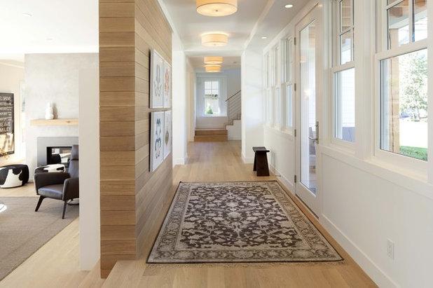 Contemporáneo Recibidor y pasillo by Charlie & Co. Design, Ltd