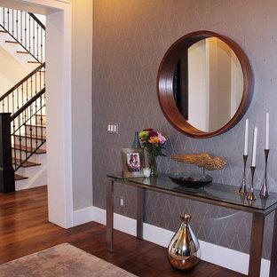Inspiration för en liten funkis hall, med lila väggar, mellanmörkt trägolv och brunt golv