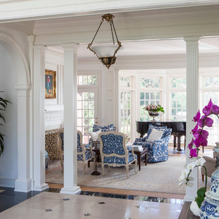 Пример оригинального дизайна: огромный коридор в классическом стиле с белыми стенами и мраморным полом