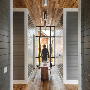 Idéer för mellanstora funkis hallar, med grå väggar, mellanmörkt trägolv och brunt golv