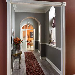 Idéer för en klassisk hall, med grå väggar, mellanmörkt trägolv och brunt golv