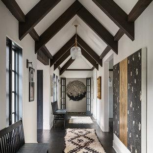 Inspiration pour un couloir méditerranéen avec un mur blanc, un sol en bois foncé et un sol marron.