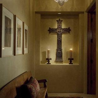 フェニックスの中くらいのサンタフェスタイルのおしゃれな廊下 (ベージュの壁、セラミックタイルの床) の写真
