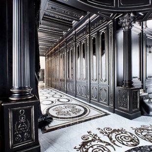 Ispirazione per un grande ingresso o corridoio classico con pareti nere e pavimento in marmo
