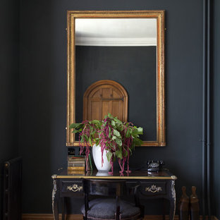 他の地域のトラディショナルスタイルのおしゃれな廊下 (黒い壁、無垢フローリング、茶色い床) の写真