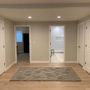 デンバーの中くらいの北欧スタイルのおしゃれな廊下 (ベージュの壁、淡色無垢フローリング、ベージュの床、折り上げ天井、塗装板張りの壁) の写真