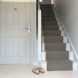 他の地域の中サイズのコンテンポラリースタイルのおしゃれな廊下 (青い壁、ラミネートの床、白い床) の写真