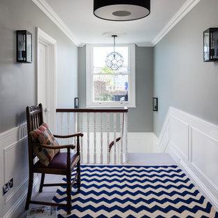 Klassischer Flur mit grauer Wandfarbe und Teppichboden in London
