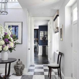 Cette image montre un grand couloir traditionnel avec un mur gris, un sol en marbre et un sol multicolore.