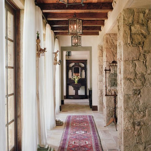 Inspiration för en mellanstor medelhavsstil hall, med vita väggar och skiffergolv
