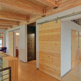 Esempio di un ingresso o corridoio contemporaneo con pareti bianche e pavimento in legno massello medio