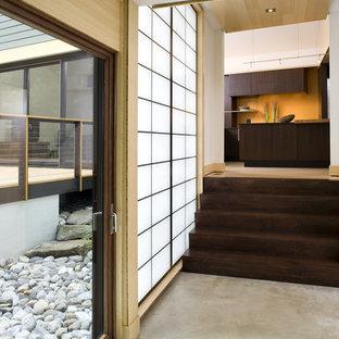 На фото: коридоры в современном стиле с бетонным полом