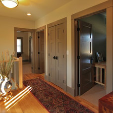 Traditional Hall by Meadowlark Builders
