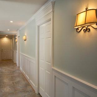 リッチモンドの中くらいのトラディショナルスタイルのおしゃれな廊下 (緑の壁、セラミックタイルの床) の写真