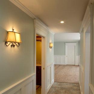 Идея дизайна: коридор среднего размера в классическом стиле с зелеными стенами и полом из керамической плитки