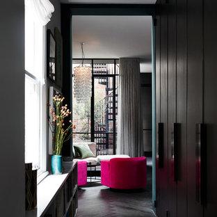 Idée de décoration pour un couloir bohème avec un sol en bois foncé et un sol noir.