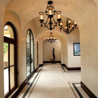 Aménagement d'un couloir méditerranéen avec un mur beige, un sol en marbre et un sol multicolore.
